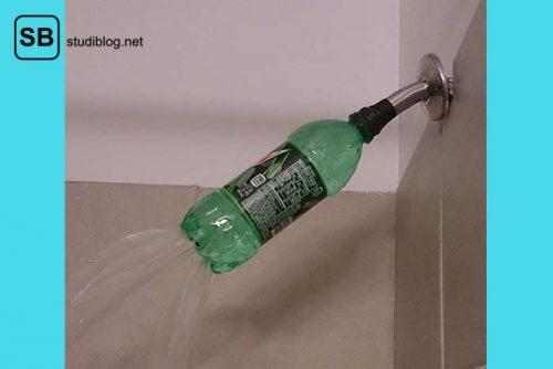 Anstatt einem Duschkopf wurde in die Öffnung eine PET-Flasche gesteckt in deren Boden sich Löcher befinden, aus denen das Wasser strömt - Dinge, die arme Studenten machen.