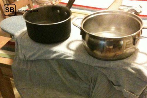 """Mit zwei Töpfen, gefüllt mit heißem Wasser, wird ein T-Shirt """"gebügelt"""" - Dinge, die arme Studenten machen."""