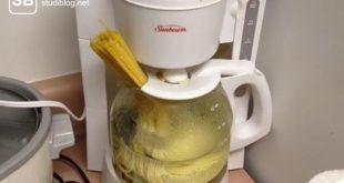 Nudeln mit heißem Wasser in der Kaffeemaschine kochen - Liste der Dinge, die arme Studenten machen.