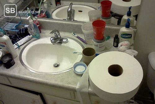 Eine riesige Rolle Klopapier liegt neben einem Waschbecken - Dinge, die arme Studenten machen.
