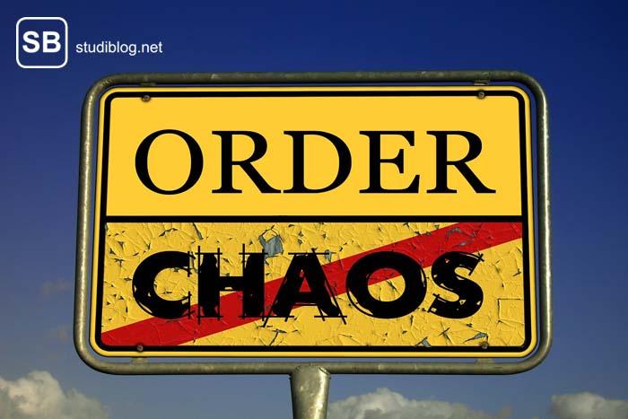 Gelbes Ortsschild auf dem Chaos durchgestrichen ist und es Richtung Order geht.