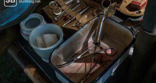 Früher verwendete Werkzeuge (Spritzen, Scheren, Skalpelle) für Operationen in der Chirurgie.