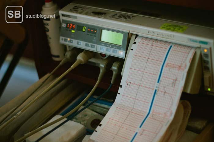EKG-Gerät, das Daten für eine Diagnose ausgibt.