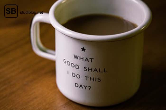 """Volle Kaffeetasse mit der Aufschrift """"What good shall I do this day?"""" - Ethik der Medizin."""