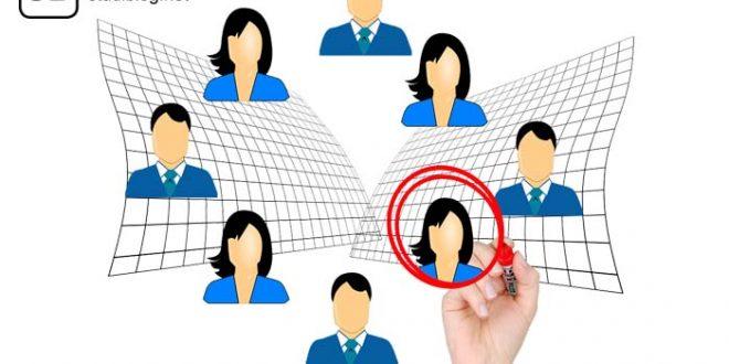 Im Kreis abwechselnd Frauen- und Männeroberkörper angeordnet, eine Frau wird mir rotem Stift umkreist - Frauenquote.