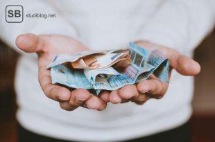Zwei aufgehaltene Hände in denen Euro-Scheine liegen - Gehalt.