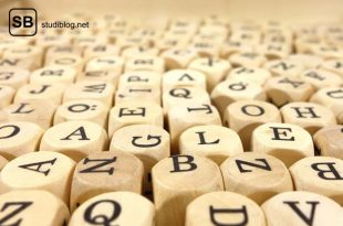 Unzählige Holzwürfel auf denen Buchstaben in schwarz aufgedruckt sind - medizinische Terminologie.