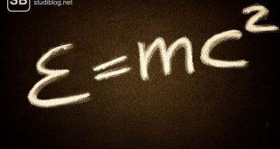 E=mc^2, als elementare Formel in der Physik auf schwarzem Hintergrund.