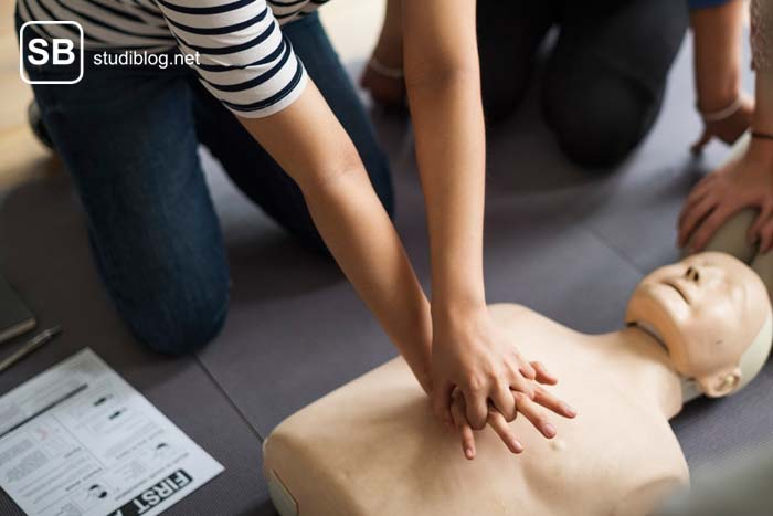 Studentin übt die Herzdruckmassage an einem Dummy - Skillslab für Medizinstudenten an Unis.