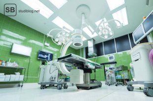 Steriler Operationsraum mit verschiedenen Geräten und Monitoren - Y-Roux-Anastomose