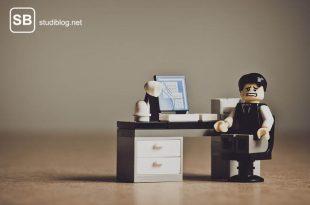 Legomännchen mit zerknirschtem Gesichtsausdruck an einem Schreibtisch zum Thema Entlastungsdepression im Studium