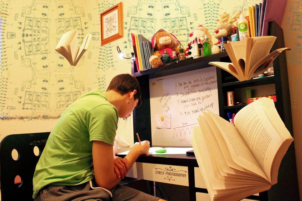 Student in kleinem Wohnraum