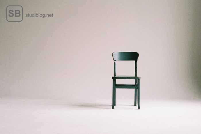 Ein leerer Raum mit einem nicht besetzten Stuhl als Sinnbild für Ghosting