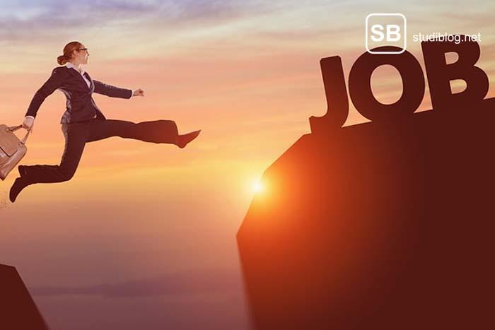 Frau im Businessoutfit springt über einen Abgrund zum nächsten Job