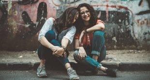Lebensabschnitts-Freunde: Zwei Freundinnen sitzen vor einer Wand mit Graffiti
