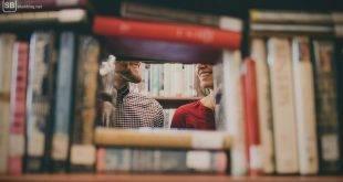Lerngruppe mit gewissen Vorzügen: Student und Studentin sehen sich in der Bib verliebt an