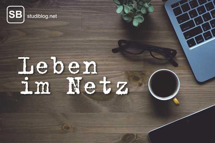 Leben im Internet, Titelbild mit Rechner und Kaffee und Brille