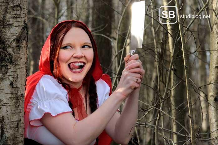 Rotkäppchen im Wald mit einem Beil, sweet but psycho