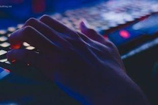 Durch Videospiele effektiver leben und lernen: Jemand hat seine Hand auf einer Game-Tastatur liegen