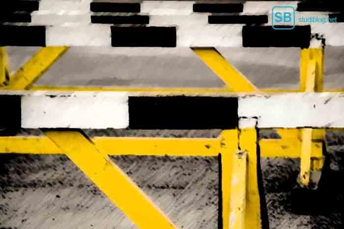 Hindernisse auf der Straße zum Thema Hürden im Studium und wie man sie überwindet
