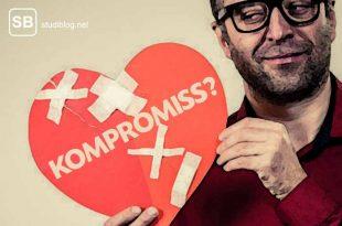 Mann mit gebrochenem Papierherz und der Aufschrift Kompromisse