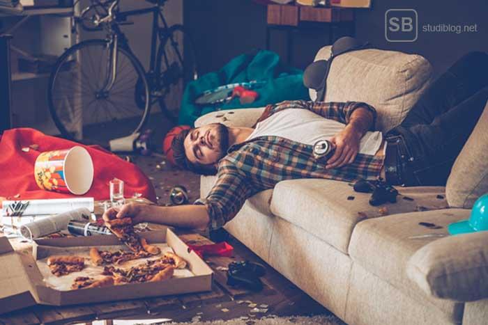 Kosten im Studium - Student liegt in vermüllter Wohnung auf der Couch