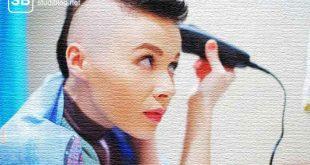 Frau rasiert sich die Haare vom Kopf