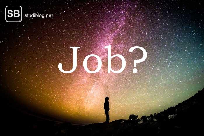 Student blickt in dern Sternenhimmel und hat Ängste bei seiner Jobsuche