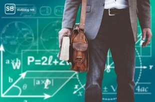Student mit Tasche und Tafel im Hintergrund mit Formeln zum Thema Bitcoin-Studiengänge