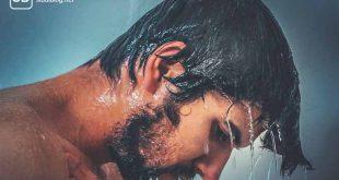 36°C Grad - Ein nackter Mann unter einem Wasserfall