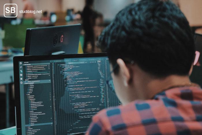 Student vor einem Bildschirm zum Thema Microgaming