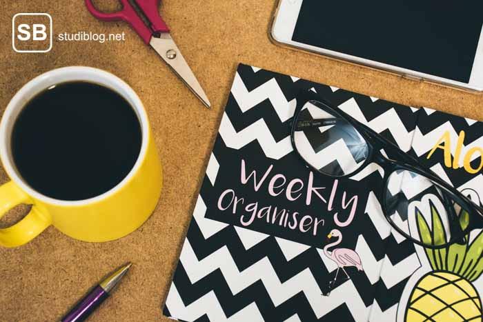 Wichtige Dinge für den Semesterstart: Kalender, Kaffee, Handy.