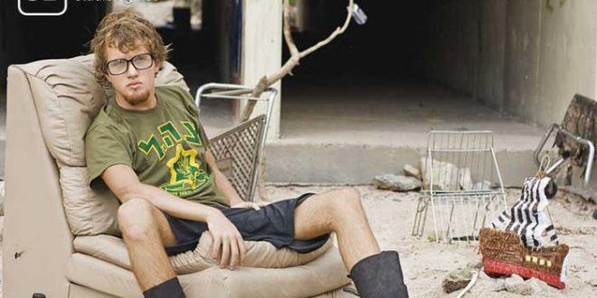 Obdachloser Student sitzt auf einer Couch in einer Ruine zum Thema mehr Geld als Student
