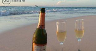 Eine Flasche Schampus mit zwei Gläser am Strand von Aruba