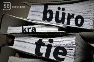 Ordner voller Papiere als Beispiel für die Bürokratie im System Uni