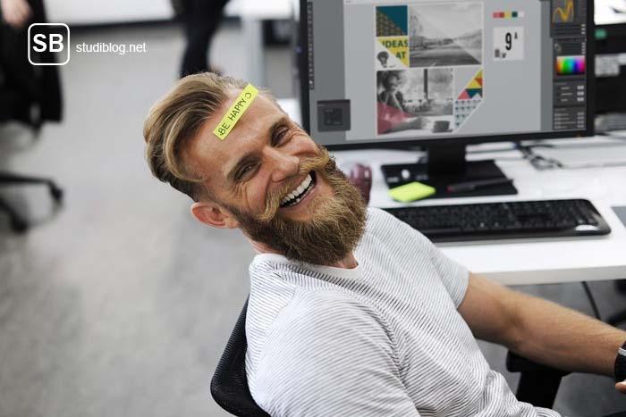 """Fortbildung - welche Chancen gibt es - Student mit Aufkleber auf dem Kopf mit der Aufschrift """"be happy"""""""