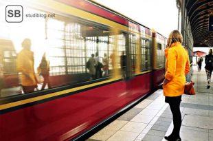 Beim Pendeln wartet Frau auf Zug.