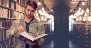 Student mit Buch in der Uni-Bib zum Thema Nebenjob