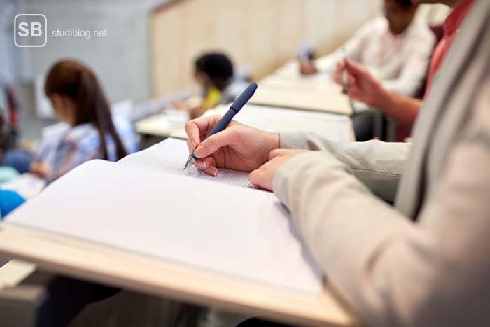 Skript richtig nutzen - Studentin in der Vorlesung