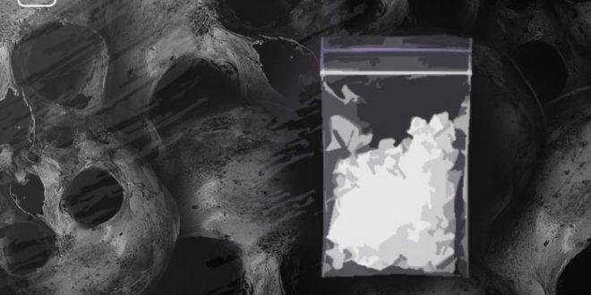 Crystal Meth mit Totenköpfen im Hintergrund zum Thema der Tod getarnt als Muntermacher