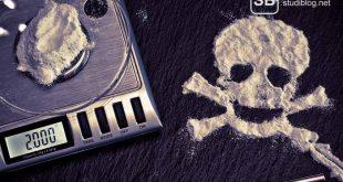 Drogenbericht mti einer Waage und Kokain als Symbol für das Thema