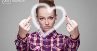 Frau mit zwei hochgestreckten Mittelfingern und einem Herz in der Mitte zum Thema Arschloch ich steh auf dich!