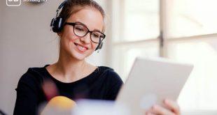 auditiver Lerntyp - Studenten am Schreibtisch mit Kopfhörer