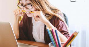 Lernstress - Studentin kaut auf ihrem Stift herum
