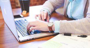 Studentin am Laptop zum Thema Studienarbeit und wissenschaftliches Schreiben