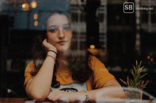 Fünf Dinge die ein Student tut wenn ihm langweilig ist - Studentin die am Fenster sitzt