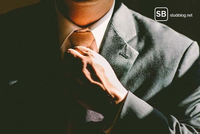 Karrierestart - Student mit Anzug und Krawatte