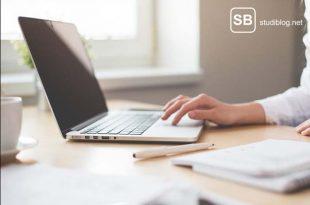 Ein Student schreibt am Laptop einen Antrag mit der passenden Begründung für den Prüfungsausschuss
